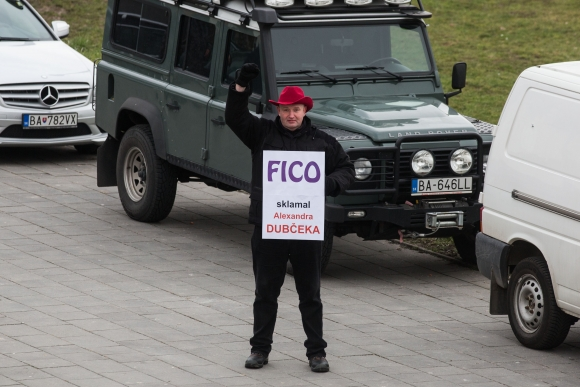 Fico sklamal Alexandra Dubčeka. Protest pred výjazdový rokovaním vlády v Šenkviciach 22.januára 2014. Rastislav Blaško